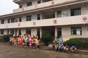 爱心点亮希望·关爱留守儿童——小桔灯志愿者溪头小学献爱心活动